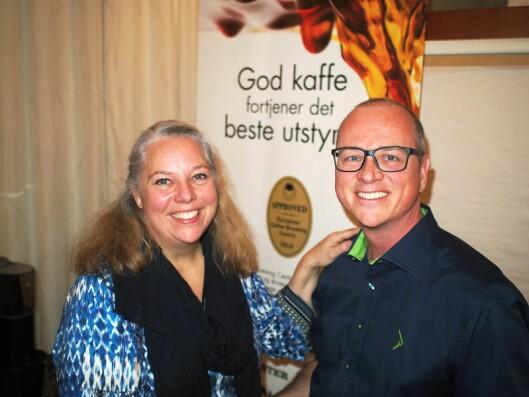 Elkjøp har blitt medlem i Norsk kaffeinformasjon. Tommy Myhre blir ønsket velkommen av daglig leder Marit Lynes. Foto: Jan Røsholm