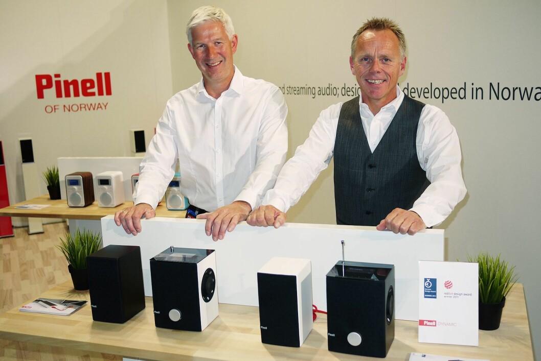 Daglig leder Ole Morten Skymoen (t. v.) og innehaver Tore Vedvik i TT Micro på IFA-messen i 2012, da de viste sin nye Dynamic-radio. Foto: Stian Sønsteng.