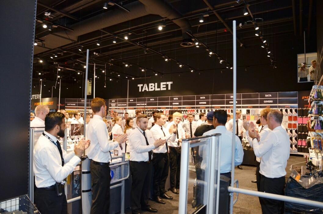 Hvit skjorte og sort slips er arbeidsantrekket i Power-kjeden i Danmark; her fra åpningen i Glostrup. Foto: Jesper Holmegaard.