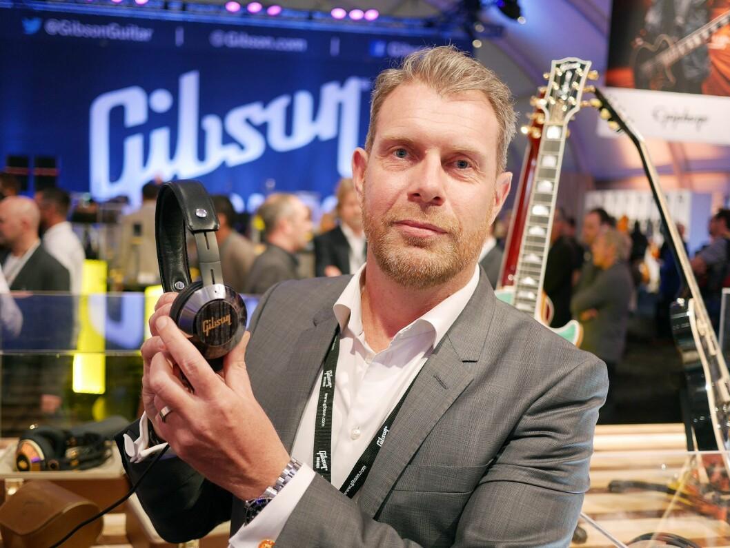 Tidligere Norden-sjef i Gibson Innovations, Christer Byfors, viste Gibson-hodetelefoner under CES-messen i 2016. Foto: Stian Sønsteng.