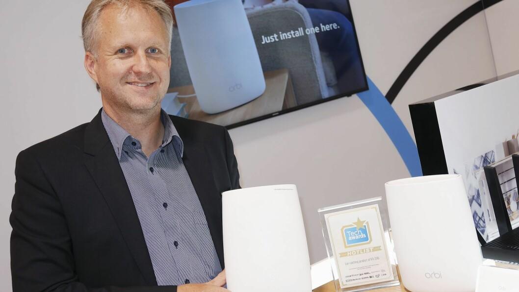 Jörg Lösche, seniordirektør for Sentral- og Øst-Europa i Netgear, med det nye Orbi-systemet. Foto: Stian Sønsteng