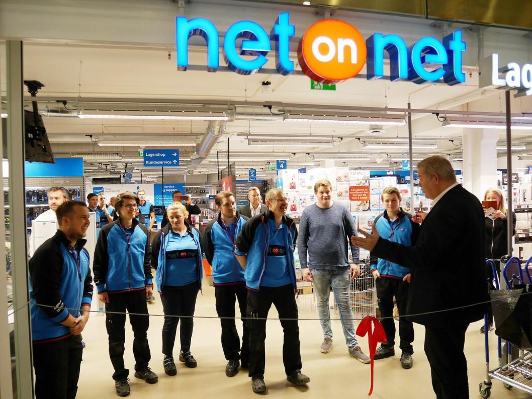 NetONet har åpnet flere nye butikker, her er salgsdirektør Urban Solander (t. h.) og varehussjef Paul Mathiessen under åpningen av lagerbutikken i Sandnes. Foto: NetOnNet