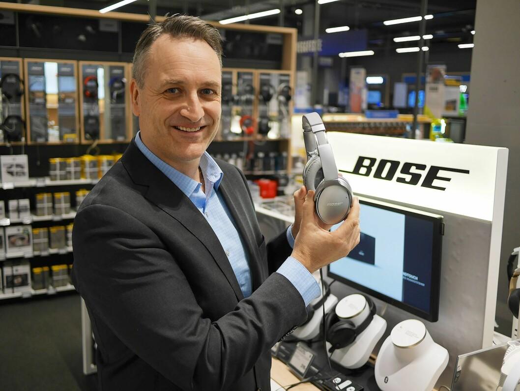 Nordmenn kjøper stadig flere og dyrere hodetelefoner, ifølge administrerende direktør i Stiftelsen Elektronikkbransjen, Jan Røsholm. Her fotografert ved Elkjøp Megastore Lørenskog. Foto: Stian Sønsteng.