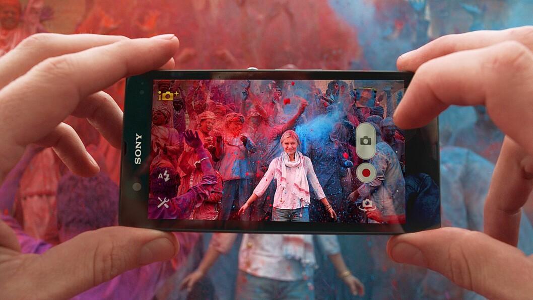 Mobilen har tatt over som nordmenns viktigste tilbehør. Foto: Sony Mobile.