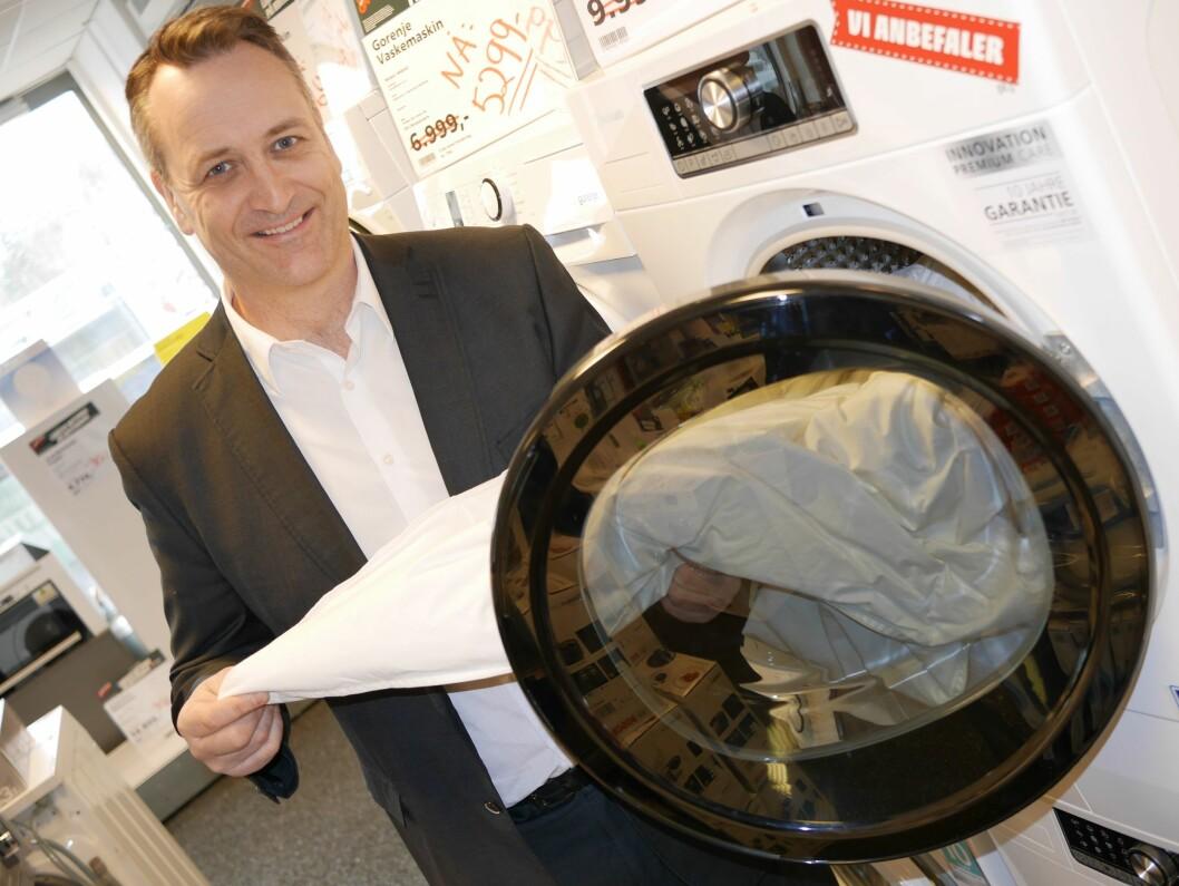 Administrerende direktør Jan Røsholm ser at nordmenn kjøper færre, men dyrere, hvitevarer. Foto: Stian Sønsteng