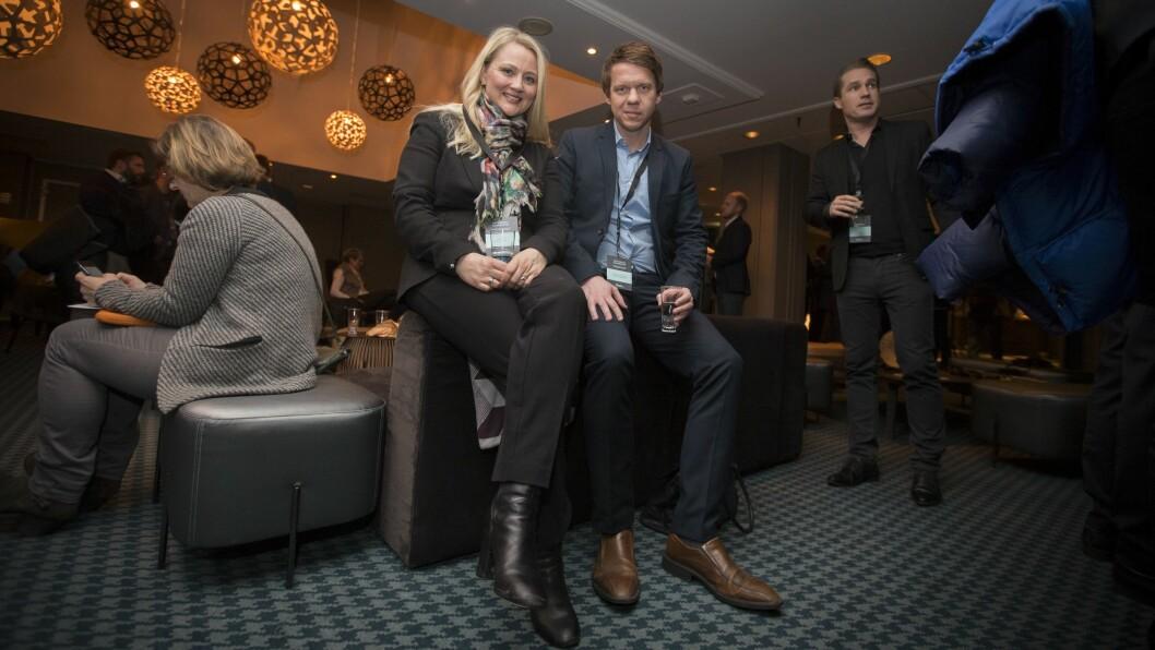 Kommunikasjonssjef Anita Svanes og ettermarkedssjef Lars Thomas Eriksen i Harald A Møller AS, som importerer Skoda, Audi og Volkswagen. Foto: Vilde Erikstad/Digitalradio Norge.