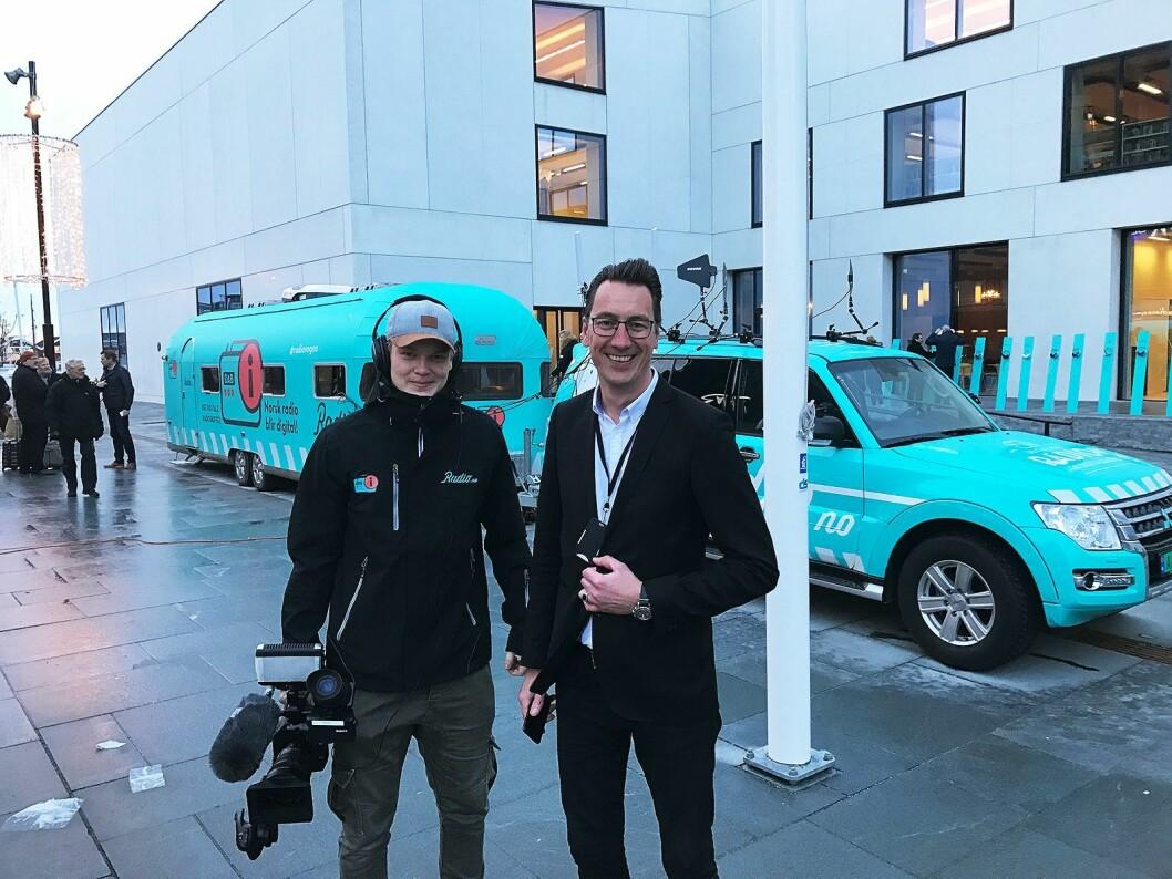 Tommy Gaustad i Digitalradio Norge (t. h.) og Espen Saur i produksjonsselskapet Red Ant, som følger med på slukketurneen, ved radiobilen utenfor kulturhuset i Bodø. Foto: Stian Sønsteng.