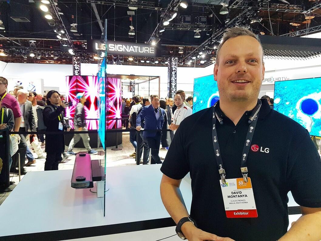 David Montanya, nordisk produktspesialist for LG Home Entertainment, foran selskapets supertynne W7 Oled TV. Foto: Marte Ottemo