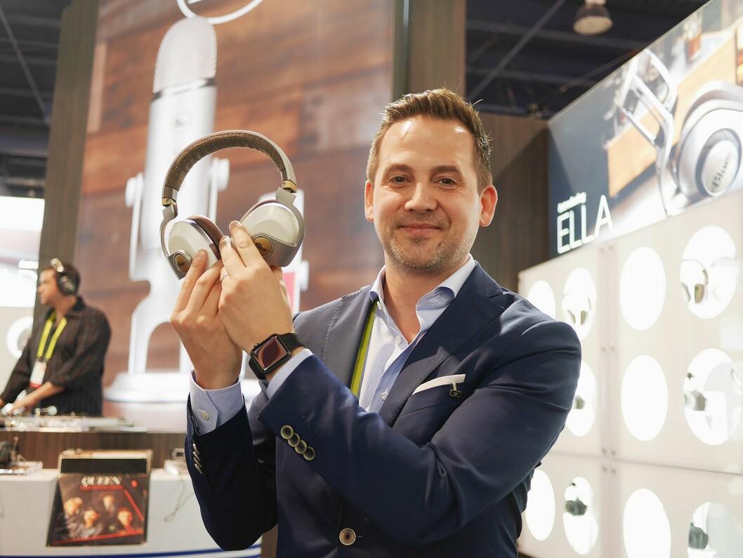 Chris Prestegaard i LSM Global representerer Blue Microphones i Norden. Her viser han de trådløse hodetelefonene med støyreduksjon; Satellite. Foto: Stian Sønsteng