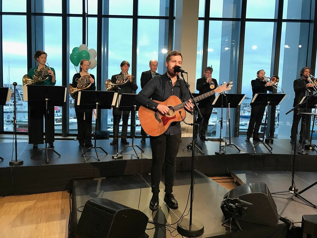 Kristian Kristensen og blåserekka i Kringkastingsorkesteret (KORK) spiller under direktesendingen i forbindelse med FM-slukkingen i Nordland. Foto Stian Sønsteng.