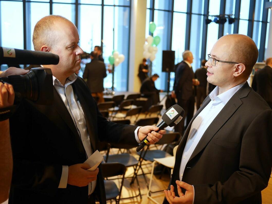 Daglig leder Ole Jørgen Torvmark (t. h.) i Digitalradio Norway AS blir intervjuet av Roy-Arne Salater i TV 2. Foto: Stian Sønsteng.