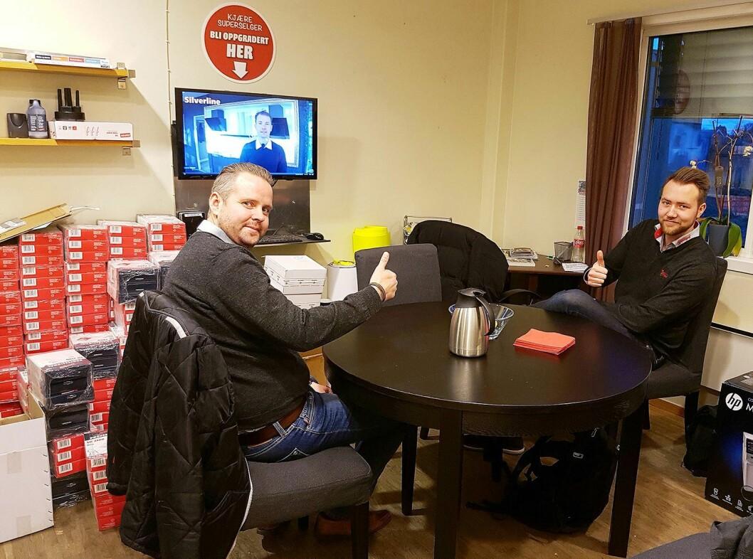 Alexander Martinsen (franchisetaker) til venstre og Kristoffer Osflaten (selger) ved Skousen Fredrikstad ser en av opplæringsvideoene på bakrommet. Foto: Erlend Korneliussen, Skousen