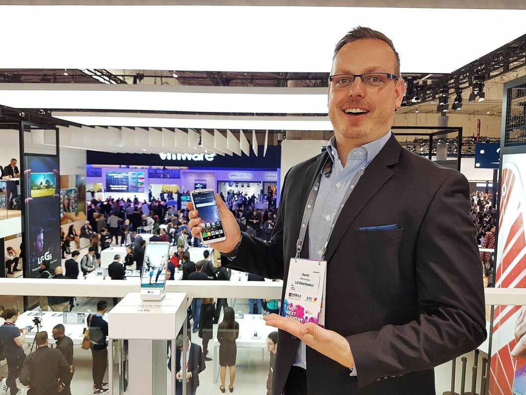 Produktsjef i LG, David Montanya, viser fram den siste flaggskipmodellen fra selskapet under årets Mobile World Congress. Foto: Marte Ottemo