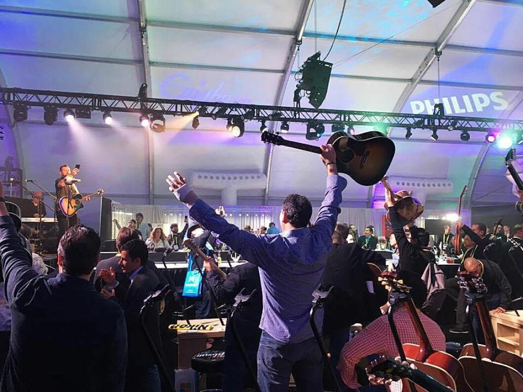 Gibson Brands søkte 1. mai konkursbeskyttelse, ønsker å fortsette som ren gitarprodusent, og kutter ut Gibson Innovations som blant annet har varemerket Philips. Her fra Gibson-teltet under CES-messen i Las Vegas i januar 2017. Foto: Hege Aarflot Nelvik