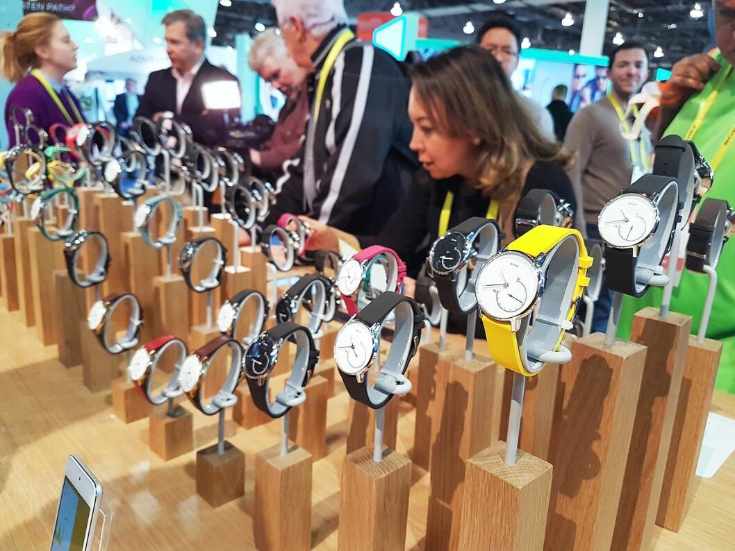 Smarte klokker og -armbånd er fortsatt populære produkter på årets CES. Her fra Withings stand. Foto: Marte Ottemo
