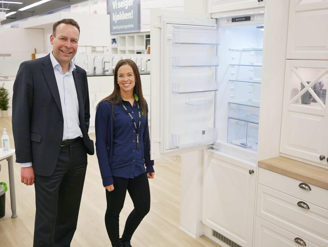 VEKST 3: – I uke 8 solgte vi i Norge flere kjøkken enn Ikea og vi nærmer oss én milliard kroner årlig, sier Jaan Ivar Semlitsch. Her er han sammen med kjøkkenselger Ida Lillemo ved Elkjøp Megastore Lørenskog.