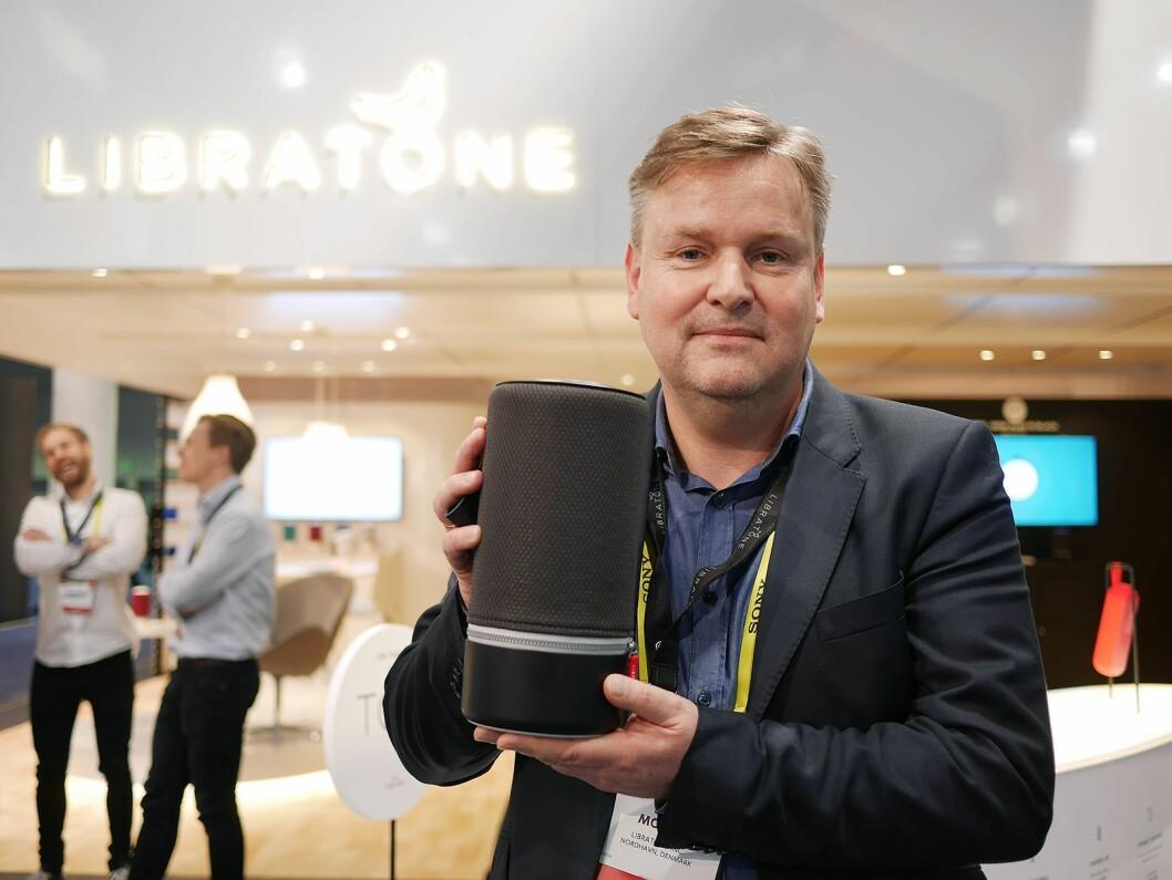 Administrerende direktør Jan McNair i Libratone med nye Zipp Nordic Black, som selskapet viste på CES. Foto: Stian Sønsteng