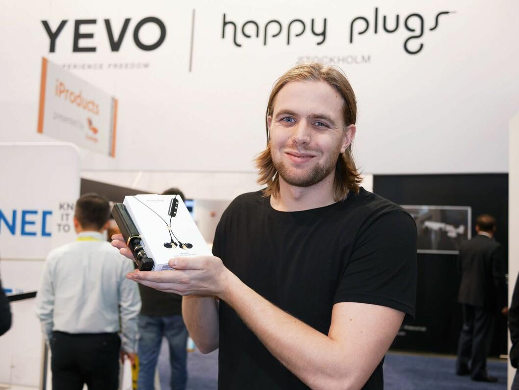 Oscar Knaust med Yevo 1 og Happy Plugs Ear Piece. Foto: Stian Sønsteng
