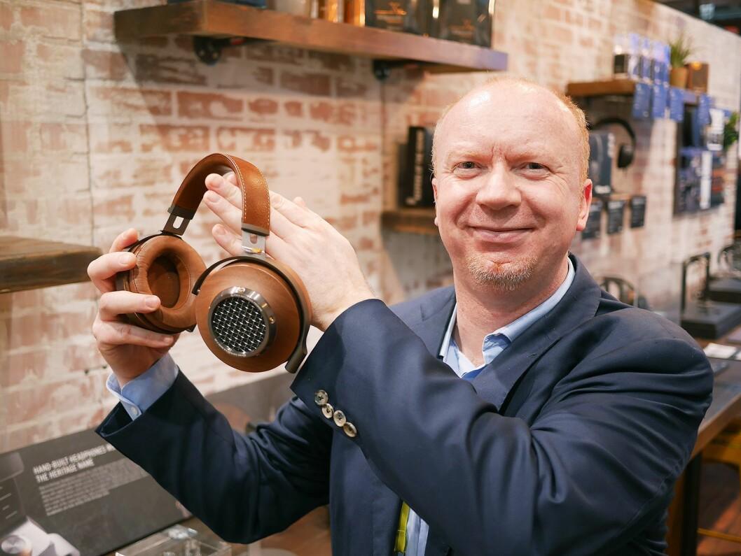 Kronikkforfatter Terje Romen i Mono AS fotografert på CES-messen i 2017 med hodetelefonen Klipsch Reference Premiere. Foto: Stian Sønsteng