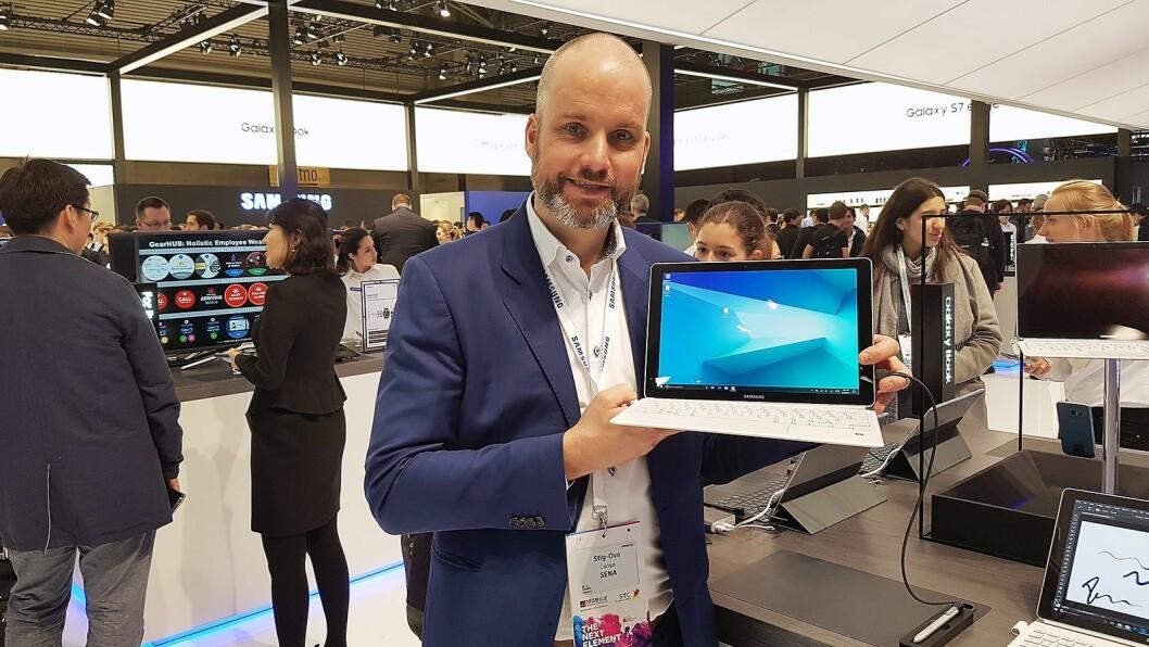 Salgssjef B2C i Samsung, Stig-Ove Langø, viser fram selskapets nye 2-i-1-maskin, Samsung Galaxy Book, under årets MWC-messe. Foto: Samsung
