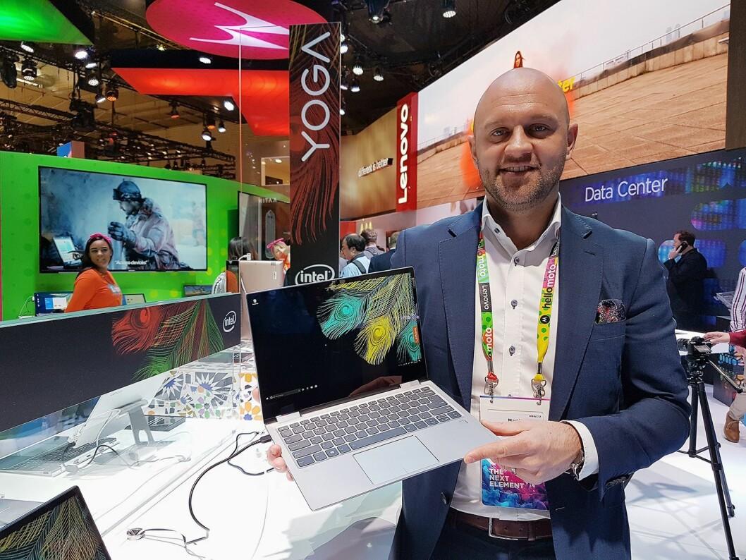 Martin Sterner, salgssjef konsument for Lenovo i Norden og Baltikum, viser fram selskapets nye Yoga 720. Foto: Marte Ottemo