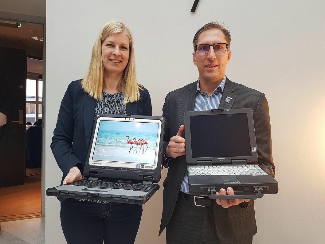 Ulrika Sturk, nordisk markedsansvarlig og Dirk Weigelt, europeisk produktsjef for Toughbook og Toughpad viser fram den nye CF-33 og selskapets første robuste maskin, CF-25 som kom for 20 år siden. Foto: Marte Ottemo.