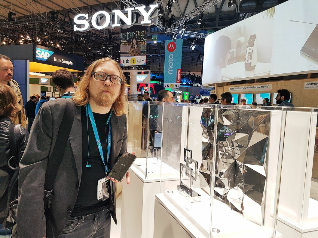 Rikard Skogberg, nordisk PR- og produktsjef i Sony Mobile Communications, viser fram nye Xperia XZ Premium på MWC-messen i Barcelona. Foto: Marte Ottemo.