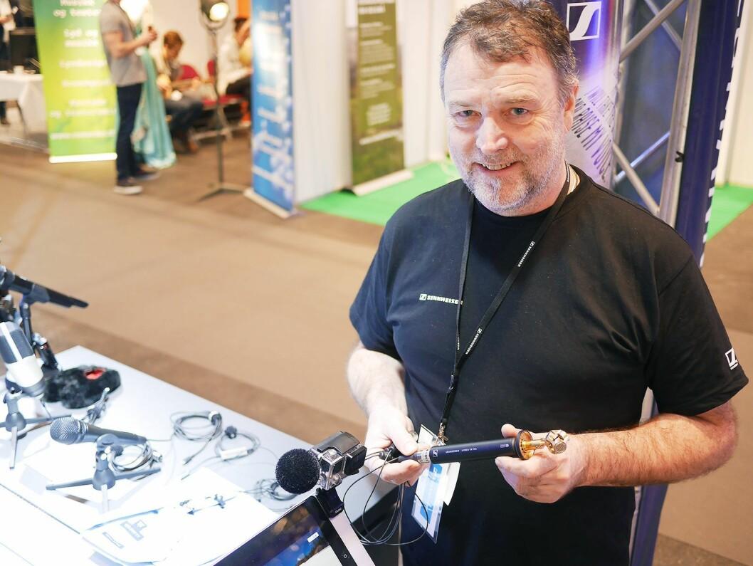 Roberth Opsahl-Engen med Sennheisers nye 3D- og action-mikrofoner. På bordet mikrofonene med Lightning-plugg. Foto: Stian Sønsteng