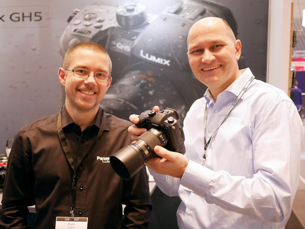 Martin Wallgren (t. v.) i Panasonic og Helge Rose i Focus Nordic med kameraet Panasonic GH5. Foto: Stian Sønsteng
