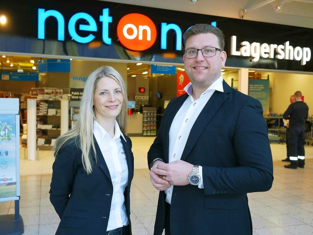 Administrerende direktør Susanne Ehnbåge og salgssjef Peter Andersson under åpningen av NetOnNet Lagershop på Liertoppen den 23. mars. Foto: Stian Sønsteng