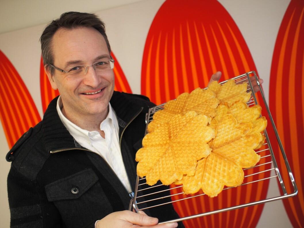Administrerende direktør i Stiftelsen Elektronikkbransjen, Jan Røsholm, serverer gjerne vafler på Vaffeldagen.
