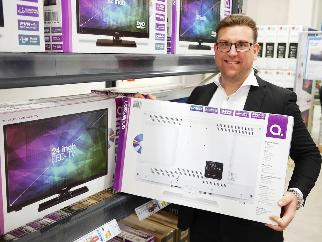 Salgssjef Peter Andersson viser TV-eskene på NetOnNets eget varemerke Andersson, som på hver side avbilder produktet.