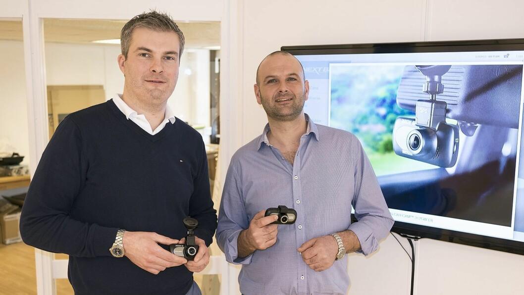 Richard Browning (t. v.) i Nextbase og Robert Ingebretsen i Nordic Base AS med dashbord-kameraene 312GW og 412GW. Foto: Stian Sønsteng