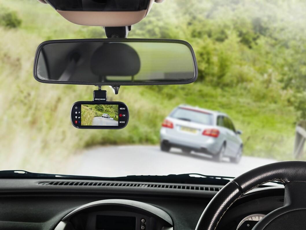 Nextbase legger vekt på deres bilkamera ikke trenger betjenes etter at det er montert, og forklarer denne plasseringen så langt under sladrespeilet med at det er gjort for bildets skyld.