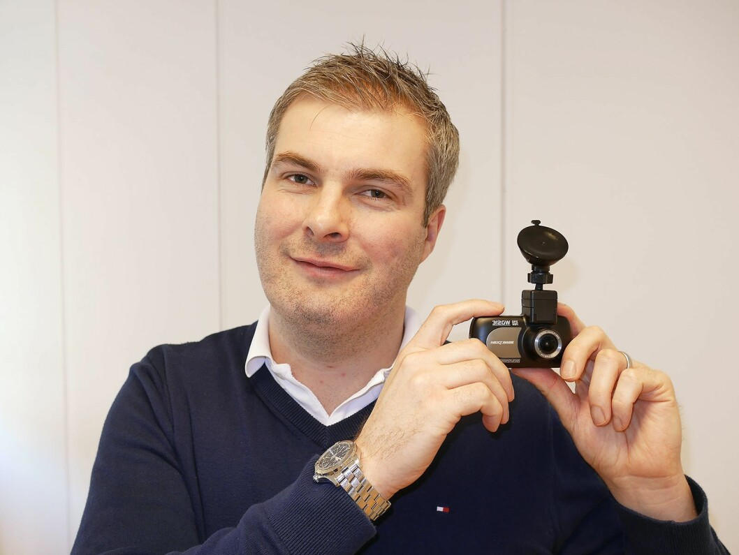 – Når du har montert dette kameraet i frontruta, trenger du ikke tenke mer på det – før du eventuelt havner i en trafikkulykke, sier Richard Browning i Nextbase.
