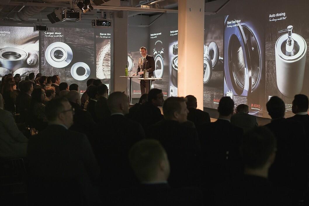 Fredrik Lööf, global varemerkesjef for Asko, presenterte i Stockholm noen av hovedegenskapene til de nye vaskemaskinene, som større dører uten gummiring og autodosering. Foto: Asko