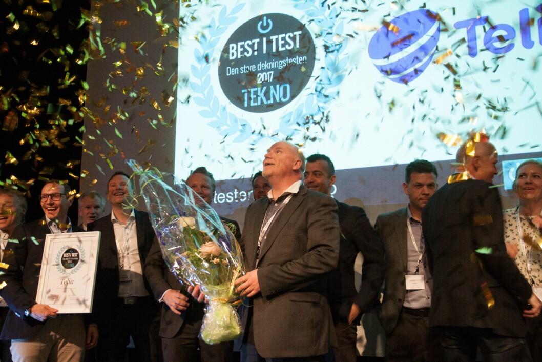 Dekningsdirektør i Telia, Tommy Johansen (i midten) og resten av Telia-gjengen kunne feire at de nok et år ble kåret til å ha landets beste 4G-nett. Foto: TU Media