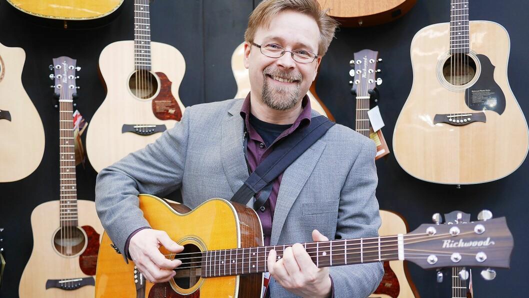 Terje Mentyjærvi i Musikk og Elektronikk AS med en Richwood Master Series A-70-EVA. Selv spiller han på en selvlaget Guitarra Latina i middelalderpunk-bandet Canardus Horribilis. Foto: Stian Sønsteng