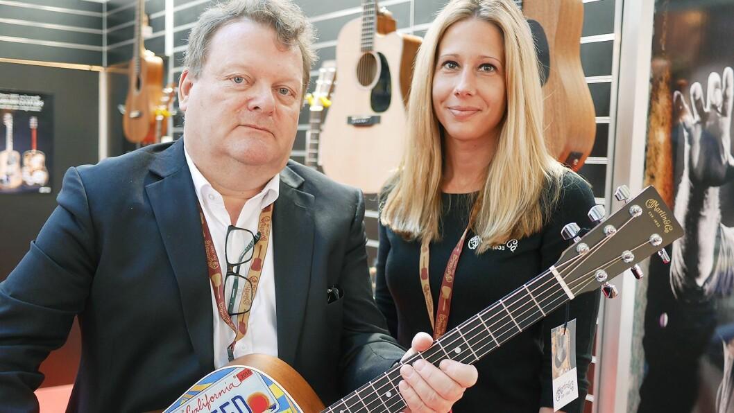 Daglig leder Erik Østby i EM Nordic AS og internasjonal salgssjef Theresa L. Hoffman i C. F. Martin & Co. Foto: Stian Sønsteng
