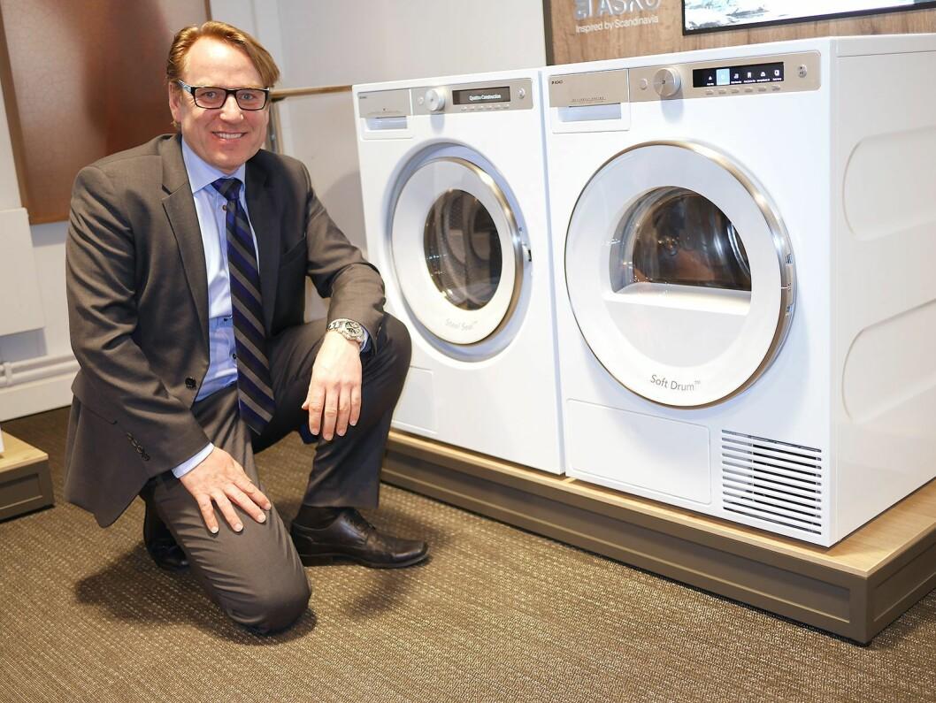 Norges-sjef Bjørn Mangset i Gorenje Group Nordic, med vask og tørk i den den nye Asko Style serien.
