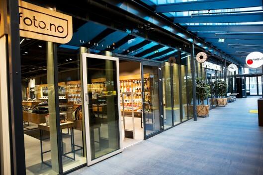 Foto.no har inngang fra to sider i Dronning Eufemias gate 12 i Barcode i Oslo. På den andre sidene kan glassveggene åpnes, slik at arealet utenfor kan benyttes til aktiviteter. Foto: Foto.no.