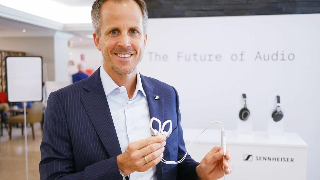 Andreas Sennheiser i Sennheiser med Sennheiser Ambeo Smart Headset. Foto: Stian Sønsteng