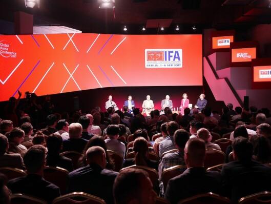 Panelet på IFA-messens globale pressemøte i Lisboa: Christian Göke (f. v., Messe Berlin), Jens Heithecker (IFA), Hans-Joachim Kamp (GFU), Jürgen Boyny (GfK), konferansier Monika Jones og Georg Walkenbach (ZVEI). Foto: Stian Sønsteng