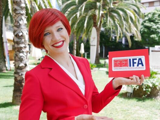 Miss IFA er ny av året, men har det samme røde håret som sine forgjengere. Her er hun fotografert i hagen utenfor Lisbon Marriott Hotel, der messens årlige pressemøte ble arrangert i april. Foto: Stian Sønsteng.