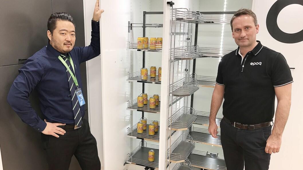 Robert Terøy (t. v.) og Martin Jensen med et par nye skapløsninger i Epoqs kjøkkeninnredning, der delene nå kan klikkes sammen – og ikke skrus. Foto: Stian Sønsteng