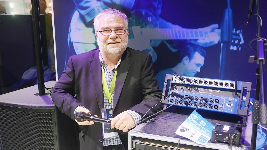 Øystein Johnsen i Lydrommet AS med Harman-systemet Connected PA, der en mikser fra Soundcraft kjenner igjen mikrofoner fra AKG og høyttalere fra JBL og hvilken innstilling disse skal ha. Foto: Stian Sønsteng