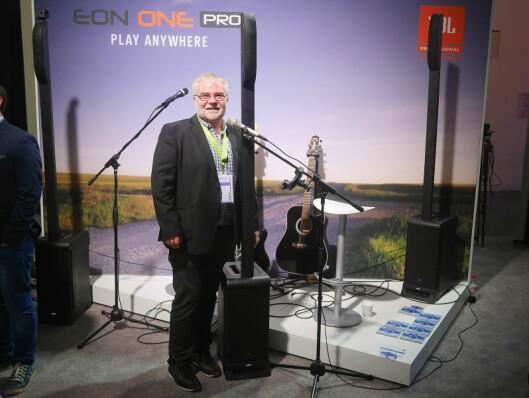 Øystein Johnsen i Lydrommet AS viser den aktive søylehøyttaleren Eon One Pro, med innebygd batteri som skal gi fem timer spilletid.