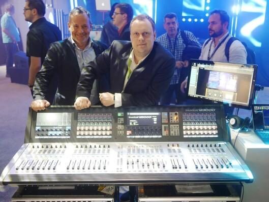 Ernst R. Berggren (t. v.) og Alexander Rambøl i Lydrommet AS med Soundcraft-mikseren VI3000.