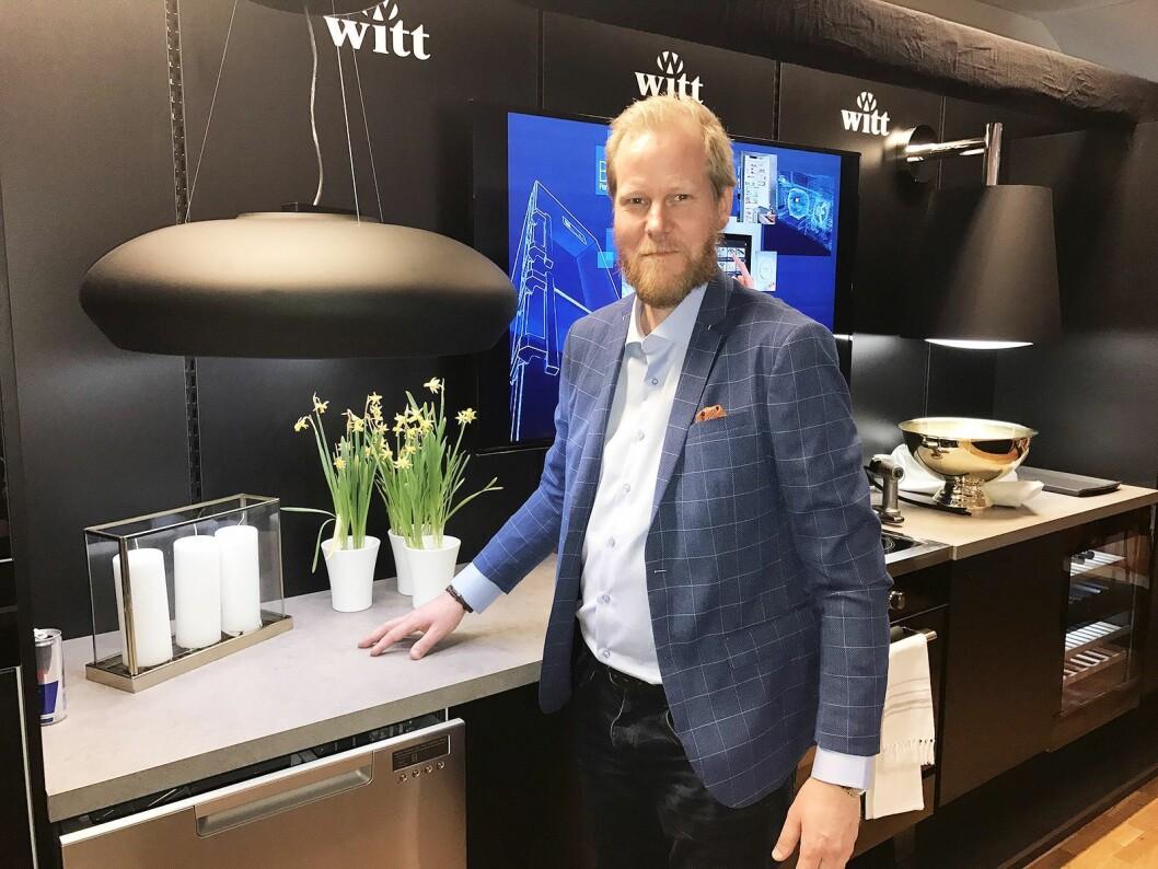 Randulf Rossbach i Witt med to av deres nye avtrekksvifter, som snarere ser ut som designlamper.