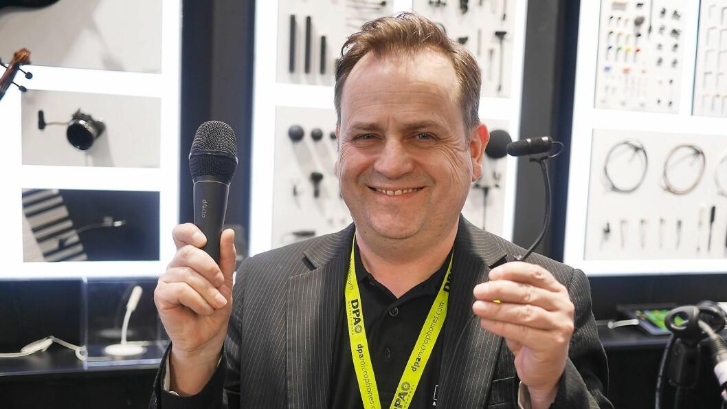 Anders Faafeng i Lyd-Systemer AS med den håndholdte mikrofonen d:facto og instrumentmikrofonen d:vote 4099 fra danske DPA Microphones. Foto: Stian Sønsteng